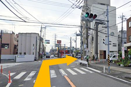 末永交番前の交差点を右折